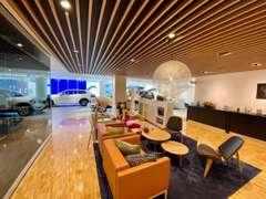 1・2Fは新車ショールームとしてスカンジナビアン溢れる空間です