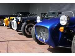 ショウルームには最新モデルを常時展示。良質な中古車も続々入庫