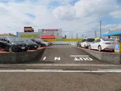 店舗入り口です。まっすぐお進み頂きますと広い駐車場を完備しています!右側、左側にずらっと展示車を並べています!