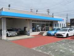 入って右側が店舗です。店舗前には軽自動車中心に展示中♪反対側にはヴォクシーなどミニバン(ファミリーカー)を揃えています!