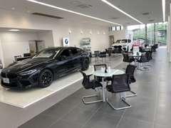 新車ショールームも併設。落ち着いた雰囲気でご覧いただけます
