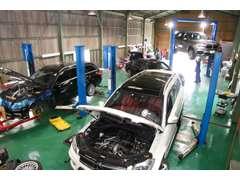 自社工場では、定期点検、車検整備は勿論各車種テスターも完備しておりますので、購入後のメンテナンスも安心してお任せ下さい。