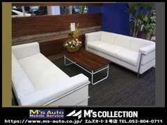 真っ白なソファーとモダン&ポップな商談スペース。
