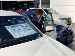 ゆったりとした展示スペースに常時40台のBMW認定中古車を展示しております。