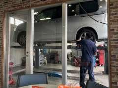 店内からはお客様の愛車がメンテナンスされる様子をご覧になれます。