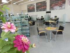 店内は花と緑にあふれ、お寛ぎ頂ける空間をご準備しております。