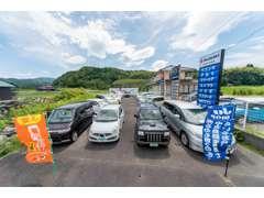 当店向かいの中古車展示場です。常時20台以上の在庫車両があなたのお越しをお待ちしております。