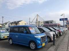 有限会社高橋自動車 本社前 展示場。スズキ大型モニターシステム搭載。