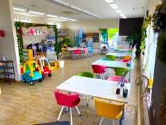 明るい店内と広いスペースで、お客様をお待ちしております!