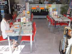 広い店内♪商談テーブル、待合室もたくさんあります☆