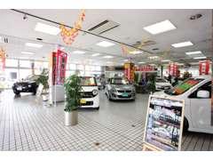 ショールームにも特選車がいっぱいございます。明るい車好きのスタッフ一同、ご来店お待ちしております。