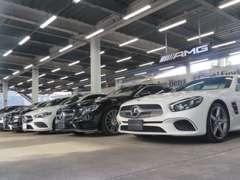 夜間や雨の日でもお車をゆっくりと快適にご覧頂ける展示場です。グレードも豊富で、常時約50台の在庫車をご用意しております。