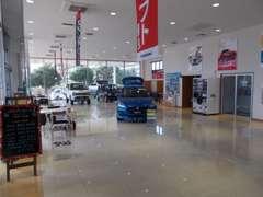 中古車営業スタッフ(塗木・横山)のみならず新車営業スタッフ・サービススタッフ全員でお客様をサポートします。