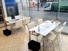 クリーンな商談スペース。お客様がリラックスしてお話できるよう、落ち着いた空間づくりを目指しております!