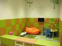 広いキッズコーナー完備。おもちゃや、折紙、塗り絵で退屈知らず