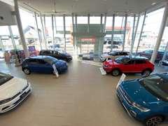 最新のフォルクスワーゲン車の新車も展示しております。明るいショールームにて、おくつろぎください。