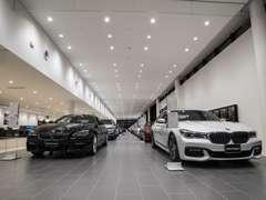 約70mの長さを誇る新車展示スペース