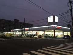 夜間はLEDが間接照明となりお店をキレイに彩ります。屋根付き展示場も明るく、お車をご覧いただけます。
