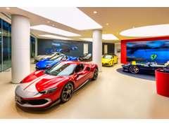 ショールーム1階にはフェラーリの最新モデルを展示しております。