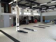 最新設備の整備工場で、納車前点検、納車後の点検車検保証整備を行います。 すべて安心してお任せ下さい。