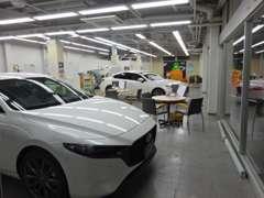 新型車やオススメのお車をメインに展示中の広々とした室内展示場