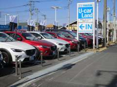 ◆大きなMAZDAの看板が目印◆展示車常時50台の大型店◆雨の日も大型ガレージで見学できますよ♪