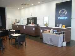 店内は明るくサービス待合は勿論、各ブースとも寛げるスペース空間をご用意しております。マツダグッズも販売始めました。