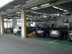サービス工場は8名のサービススタッフがお客様の大切なお車を整備作業させて頂いております。車検検査ラインも併設しています。