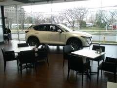 新車展示車はショールーム前のキャノピー下に展示していますので天候が悪くてもゆっくりお車を見て貰えますのでぜひご来店下さい