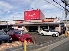 当店の入り口です南側から来店頂くと、こんな感じです。いつも赤い車を置くようにしてますが、目印になってますか?