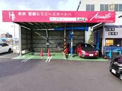 店舗内にある運輸局認証工場です。車検に必要なテスターも完備。納車前整備、納車後の車検、整備もお任せ下さい。