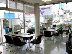 商談スペースではお客様にゆったりをおくつろぎ頂くような空間を目指しております。一度是非ご来店下さい。