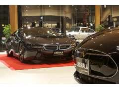 全国から厳選された上質な輸入車を場内に約45台を展示。