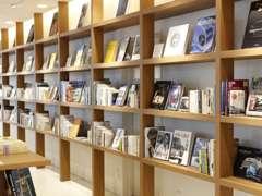 ブックディレクターの幅 允孝 氏プロデュースするライブラリー。