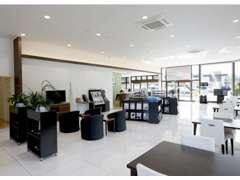 広くて綺麗なカフェのようなショールーム!お飲物を飲みながらゆっくりとご商談いただけます。