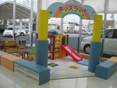 お子様には、スベリ台やおもちゃで遊べるコーナーを設けています。