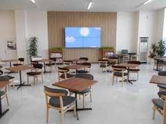 【商談スペース】広い店内と迫力の大型モニターでどこからでも寛げます。宮城県産スギ材の椅子で、座り心地もしっくりです!