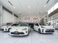 ハイブリッドカーからスポーツカーまで幅広く展示しております!