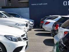 店舗には常時80台程度の車両を展示しております。さらにオーラッシュ全店舗で約800台の車両からお好みの1台をお選び下さい。