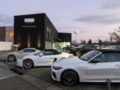 店舗には常時80台程度の車両を展示しております。さらにオーラッシュ全店舗で約1100台の車両からお好みの1台をお選び下さい。