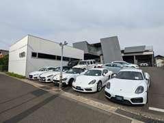 世界的に著名な建築家による設計のショールームは、輸入車販売店の常識にとらわれない斬新なお車の展示空間を演出しています。