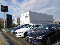 店舗には常時100台以上の車両を展示しております。さらにオーラッシュ全店舗で約1100台の車両からお好みの1台をお選び下さい。
