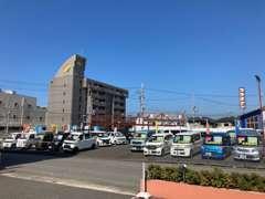 店舗向かいにある在庫展示場です。常時在庫は4~50台以上!きっとお探しの車が見つかりますよ!