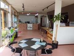 店内です!暖かいお茶やコーヒーをご用意しております。ぜひご来店お待ちしております!