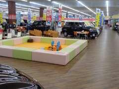 キッズスペースもございますので、お子様も楽しみながら車選びができます。