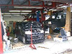 自社工場。納車前整備の他、修理・車検整備を行ってます。