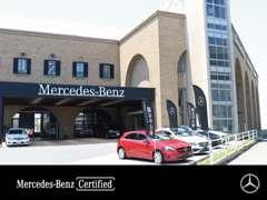 大きな吹き抜けの大空間が広がる1F 新車 商談フロア。新型モデルを多数展示しております。心ゆくまでお車をご覧頂けます。