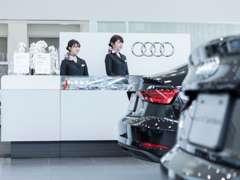 ショールーム前には、現行モデル~旧モデル迄、様々な車両を展示しお客様のご来店をお待ちしております!
