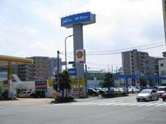 博多駅筑紫口から車で約10分ほど南下して竹下二丁目交差点右折してすぐ、NETZ U-Carの青い看板が目印です