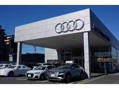 併設されているショールームには新車が8台展示されております。